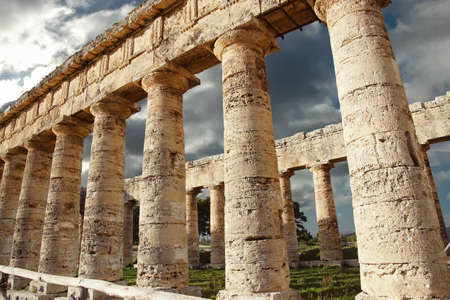 Doric columns of the unfinished Greek temple at Segesta, Sicily, Italy 스톡 콘텐츠