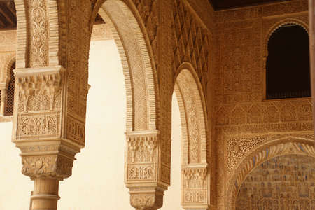 GRENADA, SPAIN - NOV 23, 2018 - Elaborate Islamic designed columns and arabesques   in the Alhambra Palace, Grenada, Spain 스톡 콘텐츠 - 115463509