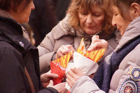 COLOGNE, GERMANY - DEC 17, 2018 - Group of women sharing French fries from the Christmas market,Cologne, Germany Banque d'images - 115463467