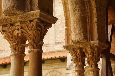 MONREALE, SICILY - NOV 28, 218 - Intricate corinthian capitals in the cloisters of Cathredral Monreale, Sicily, Italy Foto de archivo - 115463578