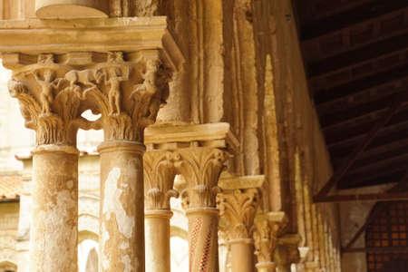 MONREALE, SICILY - NOV 28, 218 - Intricate corinthian capitals in the cloisters of Cathredral Monreale, Sicily, Italy Foto de archivo - 115463582