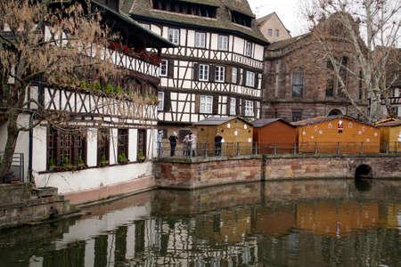 Maisons à colombages sur un canal à Strasbourg, France Éditoriale