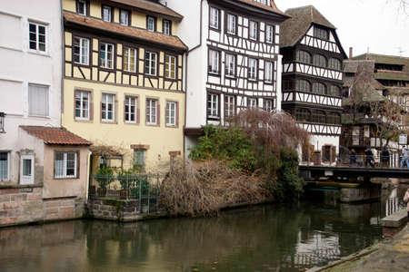 Maisons à colombages sur un canal à Strasbourg, France