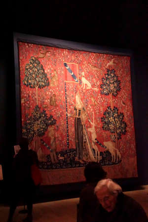 PARIS - DEC 7, 2018 - Lady and the Unicorn tapestry in the Cluny Museum de Moyen Age, Paris, France 新聞圖片