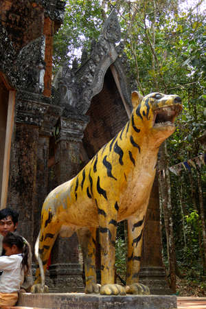 PHNOM KULEN, CAMBODIA - FEB 15, 2015 - Tiger nat idol on the entrance steps of Phnom Kulen, Cambodia Redactioneel