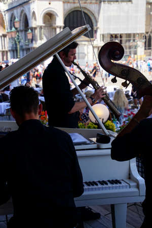 VENICE, ITALY - AUG 10, 2018 - Free Jazz and classical music mixes  at lunchtime on the  Piazza San Marco, Venice, Italy Editoriali