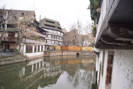 Half timbered houses on a canal in Strasbourg, France Banque d'images