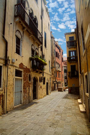 Bright colored buildings on backstreets of Venice, Italy Archivio Fotografico - 116281171