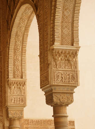 GRENADA, SPAIN - NOV 23, 2018 - Elaborate Islamic designed columns and arabesques   in the Alhambra Palace, Grenada, Spain 스톡 콘텐츠 - 116282586