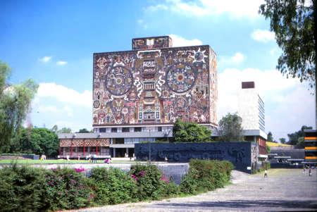 Revolutionary mosaics on the walls of University, Mexico City 에디토리얼