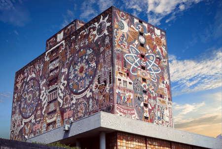 MEXICO CITY - MAR 10, 1986 - Revolutionary mosaics on the walls of University, Mexico City 에디토리얼