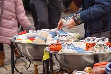 Selecting small porcelain bowls in Chritmas market of Heidelberg, Germany Banco de Imagens