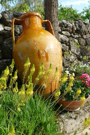 Large ochre amphora urns in garden of Alberobello, Puglia, Italy Standard-Bild - 121492343