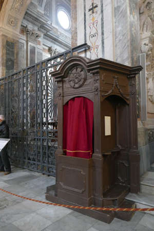 OSTUNI, ITALY - APR 9, 2019 - Confessional in the nave of the Cathedral,Ostuni, Puglia, Italy 新聞圖片