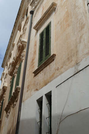 Narrow street of Gallipoli, Puglia, Italy 免版税图像