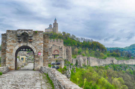 Medieval walls and ruins of the Fortress Tsarevets, Veliko Tarnovo, Bulgaria Banque d'images - 123130066