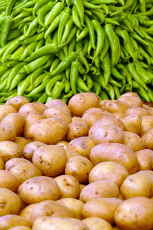 Piles of potatoes and green peppers in the central market of Canakkale, Turkey Banco de Imagens