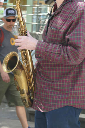 Saxaphone artist plays jazz at the 50th Annual University District Street Fair (oldest in the country),Seattle, Washington 版權商用圖片