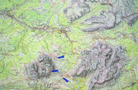 DOLOMITI, ITALIA - 6 AGO 2018 - Mappa topografica del Sassolungo, Alpi Dolomitiche, Italy Archivio Fotografico