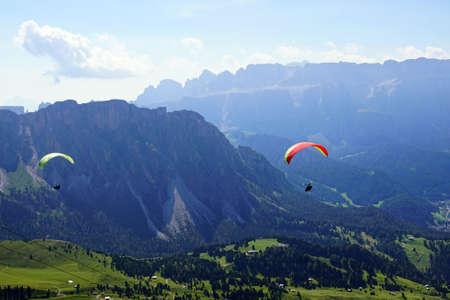 Parapentes lancé à partir d'une haute prairie alpine dans les Alpes Dolomites, Italie Banque d'images