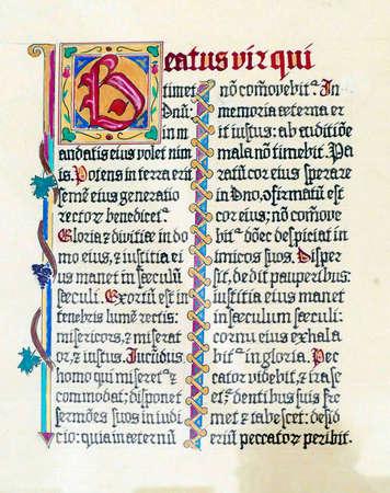 Stari Grad, KROATIEN - 30. APRIL 2019 - Mittelalterliche illuminierte Manuskriptkalligraphie in Stari Grad, Insel Hvar, Kroatien