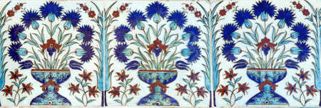 Iznik lapis  tiles with flower pattern on a wall  in the Harem  in Topkapi ,  in Istanbul, Turkey 스톡 콘텐츠