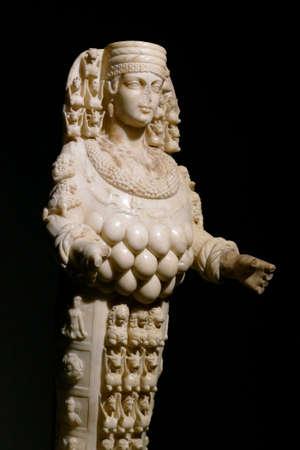EPHESUS, TURKEY - SEP 19, 2019 - Multi breasted statue of goddess Artemis,  Ephesus, Turkey Banque d'images - 132334648