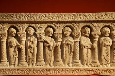 PARÍS - 7 DE DICIEMBRE DE 2018 - Friso de sarcófago de los 12 apóstoles, Cluny de Moyen Age, París, Francia