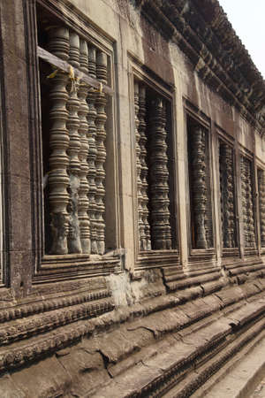 Carved stone balustrades on interior courtyard of  Angkor Wat,  Cambodia Archivio Fotografico