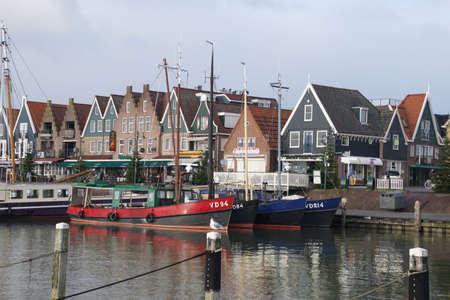 Volendam, Nederland - 11 Dec 2018 - vissersboten afgemeerd in de jachthaven en de waterkant van Volendam, Nederland Redactioneel