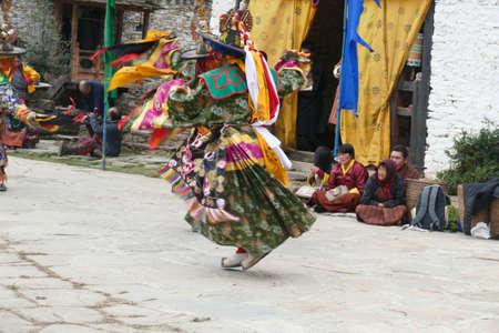 BUMTHANG, BHUTAN - DEC 13, 2019 - Green skirt Black hat dancers Zhang cham   celebrate victory of good over evil,    Nalakar Tsechu Dance Festival , Ngala Lhakhang Temple Bumthang,  Bhutan 新聞圖片