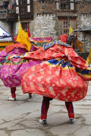 BUMTHANG, BHUTAN - DEC 13, 2019 - Tsholing cham wrathful deities dance to purify the ground of evil influences,  Nalakar Tsechu Dance Festival , Ngala Lhakhang Temple 新聞圖片