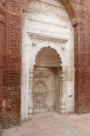 Intricate carvings on the mihrab of the Tomb of slave dynasty sultan Iltutmish from 13th century, Qutb Minar complex, Delhi, India Reklamní fotografie