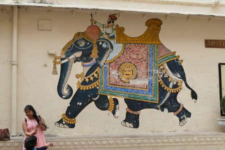 UDAIPUR, INDIA - JAN 7,2020 - Caparisoned elephant painting on courtyard wall of the City Palace, Udaipur, Rajasthan, India 報道画像