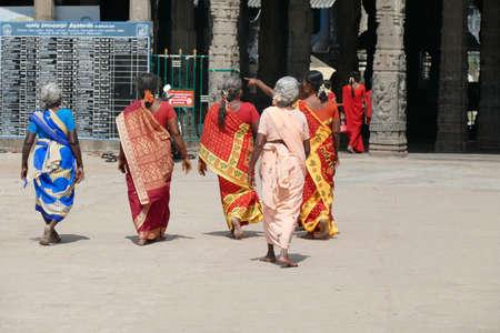 KANCHIPURAM, INDIA - DEC 26, 2019 - Women pilgrims wear red sarees in the Maha Mandapa meeting hall of the Ekambareshwara Temple, 16th - 17th century, Kanchipuram, Tamil Nadu , India 報道画像