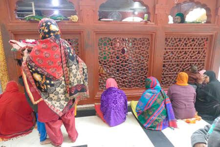 DELHI - DEC 19, 2019 - Muslim women pray at the shrine of a Sufi saint in Nizamuddin area of Delhi, India 報道画像