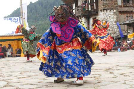 BUMTHANG, BHUTAN - DEC 13, 2019 - Tsholing cham wrathful deities dance to purify the ground of evil influences,  Nalakar Tsechu Dance Festival , Ngala Lhakhang Temple 報道画像