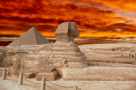 Sphinx, lion with the head of a man, and the Great pyramid of Khufu Cheops, Giza, Egypt 에디토리얼