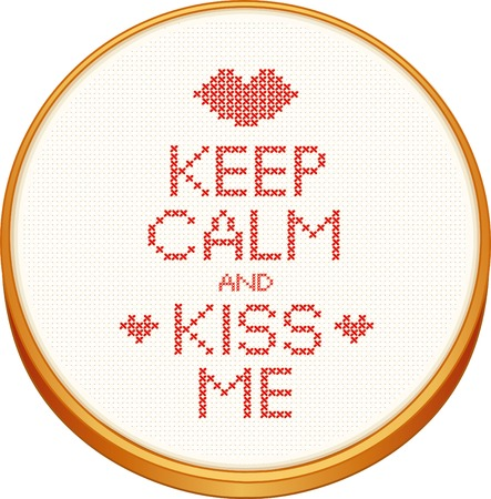 punto cruz: Mantener la calma y me besa el bordado de punto de cruz en la madera del bastidor de bordado con amor, un beso grande y corazones, blanco Aida incluso tejido de tela de textura de fondo de la costura de muestras aisladas en blanco.