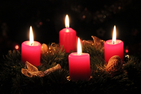 the advent wreath: Corona de Adviento con velas encendidas