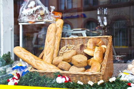 french bread rolls: Shop window of a bakery with various breads