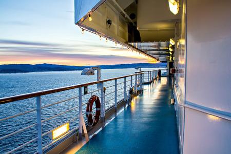 Uitzicht vanaf het dek van het cruiseschip, zonsondergang