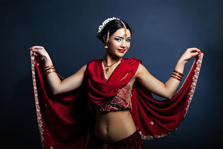 donna che balla: Bella giovane donna in abiti tradizionali danza indiana Archivio Fotografico