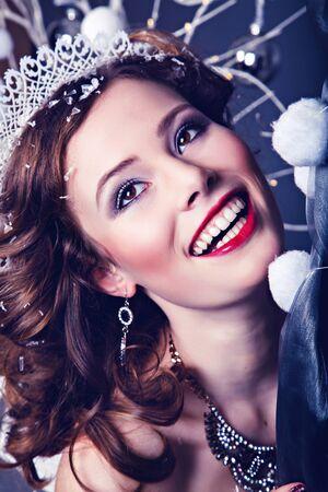corona de reina: Retrato de la belleza de la mujer bastante hermosa con un collar alrededor de su cuello como el personaje reina de la nieve