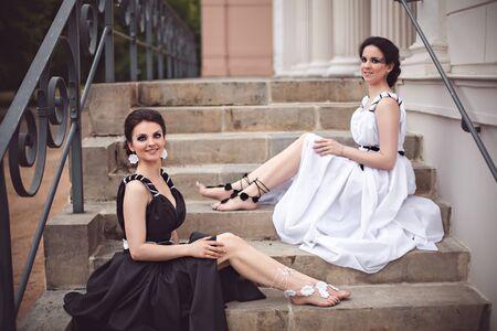 maquillaje fantasia: Vogue foto de estilo de dos señoras en vestidos largos en blanco y negro con maquillaje de fantasía