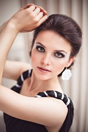 maquillaje fantasia: Hermosa joven en un vestido negro largo con maquillaje de fantasía
