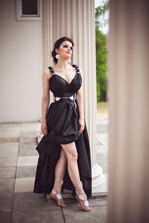 maquillaje de fantasia: Hermosa joven en un vestido negro largo con maquillaje de fantas�a
