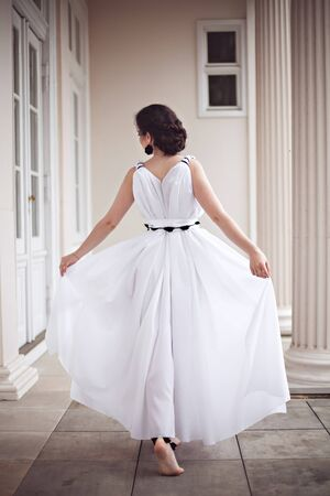 maquillaje de fantasia: Hermosa joven en un vestido largo blanco con maquillaje de fantas�a