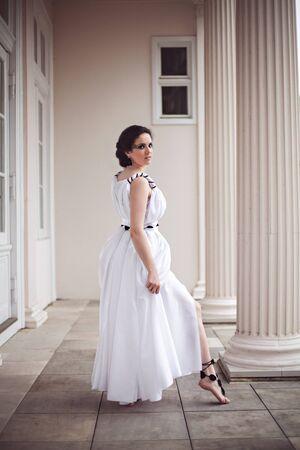 maquillaje fantasia: Hermosa joven en un vestido largo blanco con maquillaje de fantasía