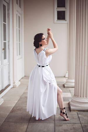 fantasy makeup: Hermosa joven en un vestido largo blanco con maquillaje de fantasía